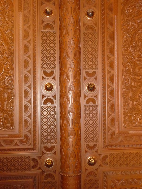 ... Wood carved door - click for larger image ... & Sultan Qaboos Grand Mosque